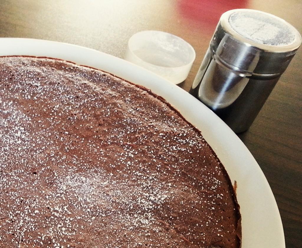 Schoko-Brownie-Kuchen mit Puderzucker