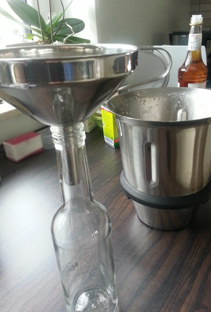 Bereit zum Abfüllen: Marzipan-Likör.