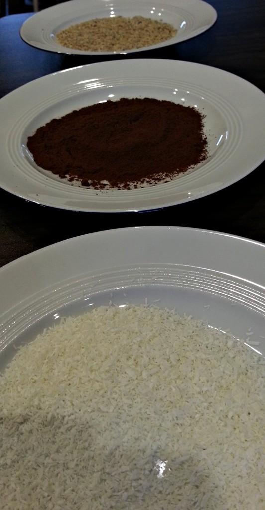 Haselnüsse, Kokosraspel, Kakaopulver.