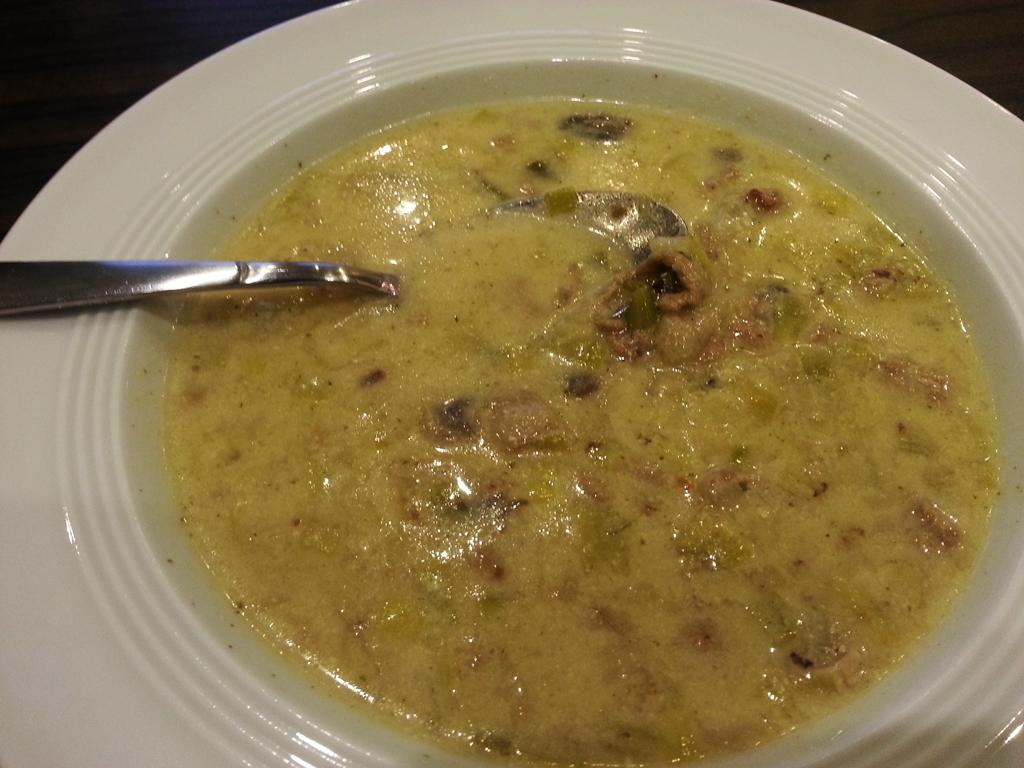 Eine leckere Käse-Lauch-Suppe begeistert nicht nur eure Partygäste.