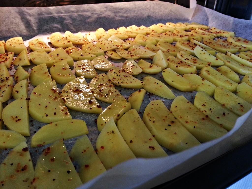 Gleichmäßig auf dem Blech verteilt, werden die Potato Ecken besonders knusprig.