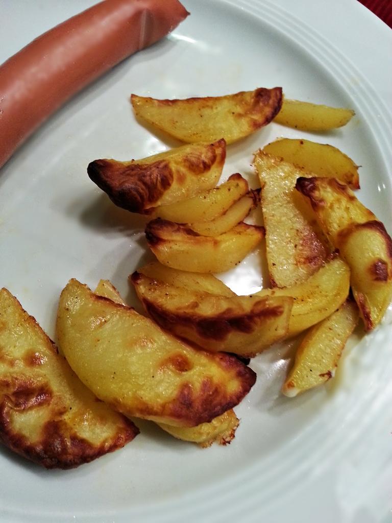 Zu den Kartoffelecken schmeckt mir ein leckeres Geflügelwürstchen.