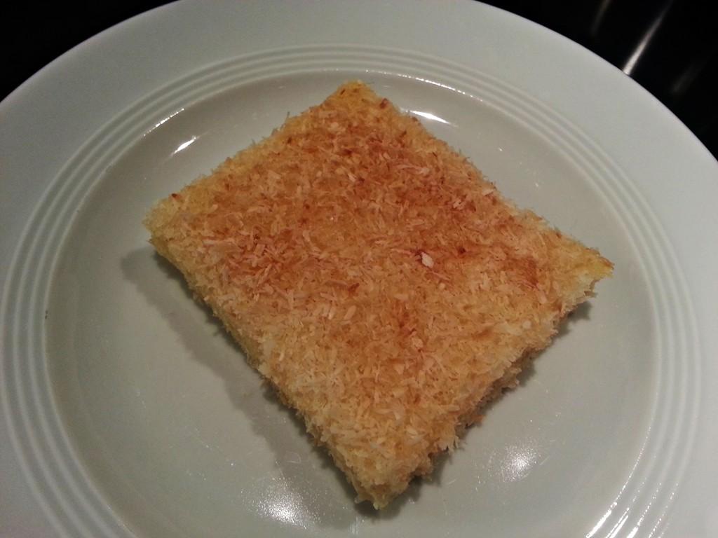 Die Kokos-Kruste macht diesen Blechkuchen herrlich lecker.