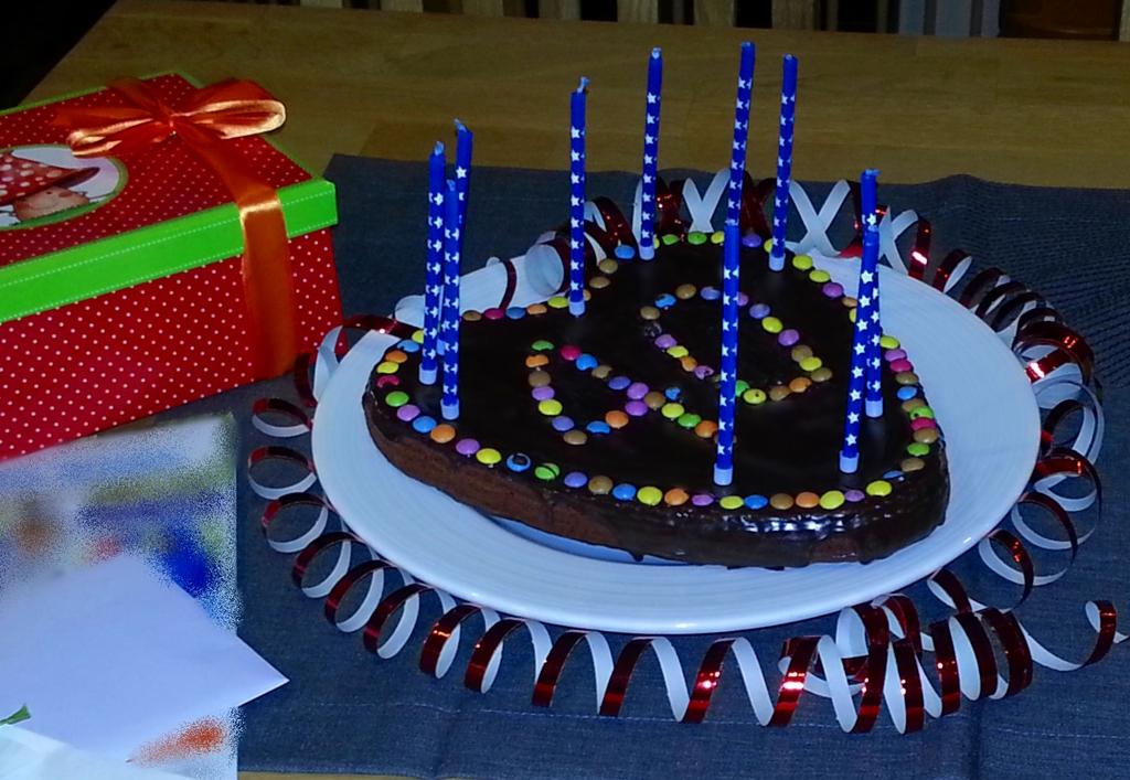 Geburtstagskuchen: Göttlich mit viel Schokolade (ohne Schokoüberzug und Smarties) trotzdem leicht.
