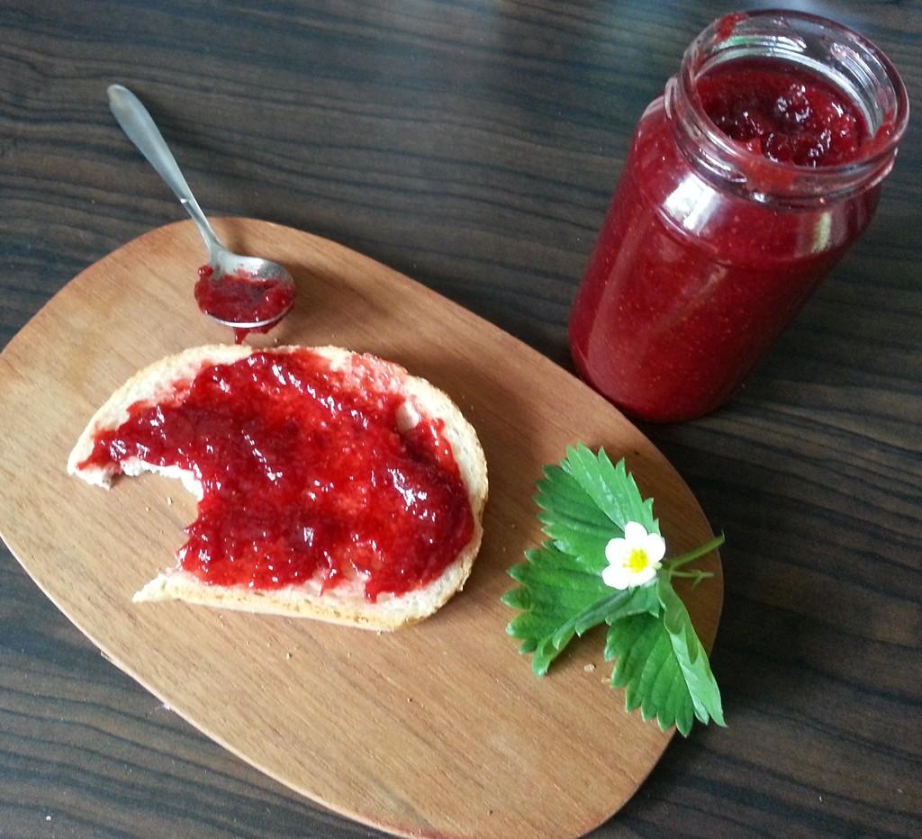 Es geht doch nichts über frisches Brot mit selbstgemachter Erdbeermarmelade.