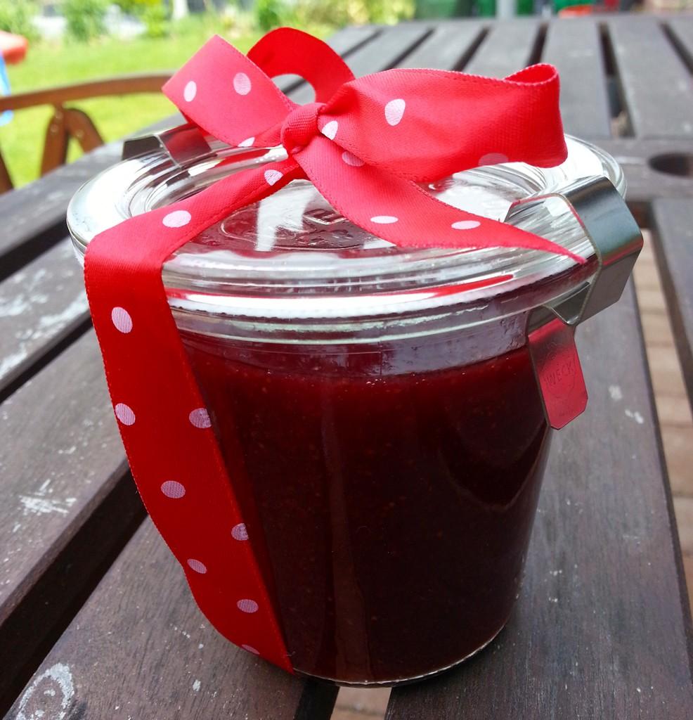 Selbstgemachte Erdbeermarmelade mit Stevia kann man auch gut verschenken.
