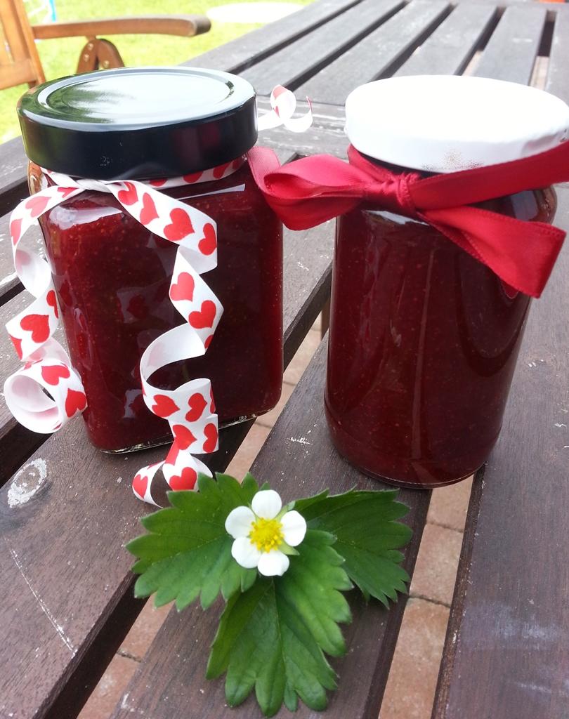 Leckere Erdbeermarmelade, selbstgemacht - auch schön zum Verschenken.