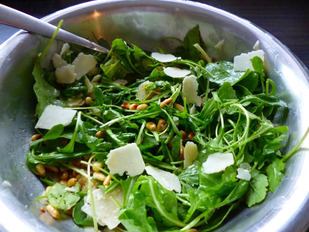 Sommerlich-leicht: Rucolasalat mit Honig-Dressing, Parmesan und Pinienkernen.