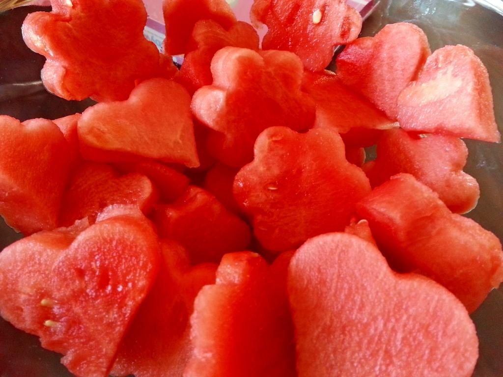 Lecker und dekorativ: Ausgestochene Wassermelonenstücke schmecken nicht nur Kindern.