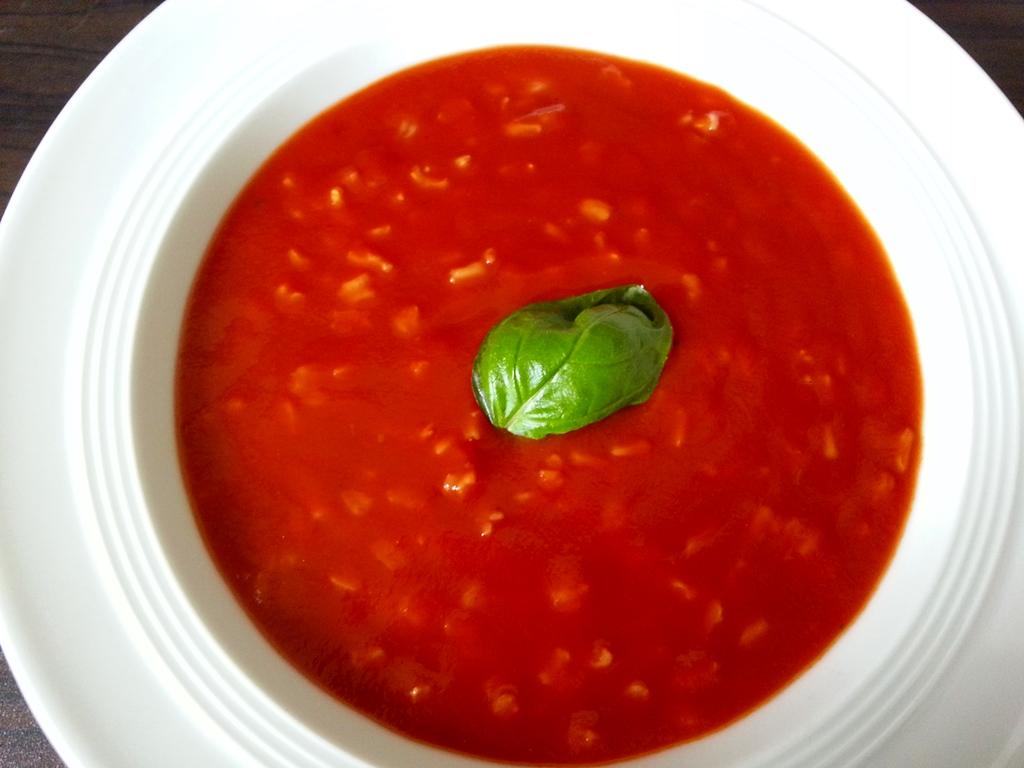 Schnelle Tomatensuppe mit Reis: Sorgt für Urlaubsfeeling auf dem Teller.